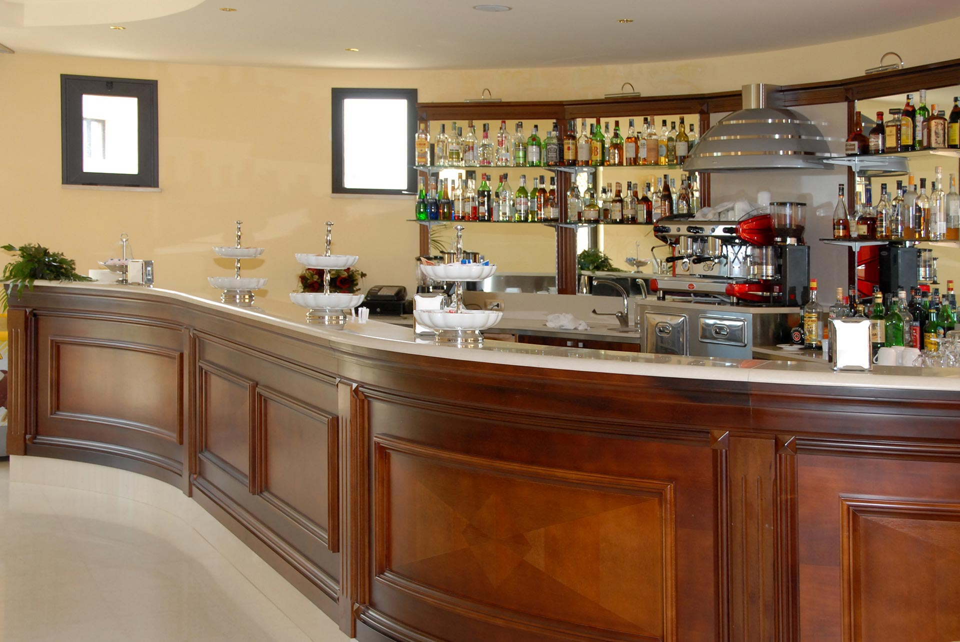 Arredo bar classico erresse legno arredamenti for Bar arredamento